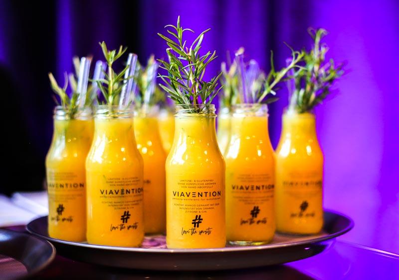 Personalisierte Drinks von Love the Spirits Cocktails zur VIAVENTION - Personalkonferenz für Autohäuser 2021 im Kraftverkehr Chemnitz - Mit freundlicher Unterstützung der Mercedes-Benz Personalservice Initiative